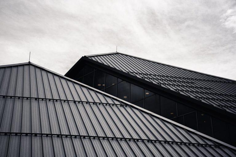 Jak przeprowadzić drobne naprawy i renowację dachu?