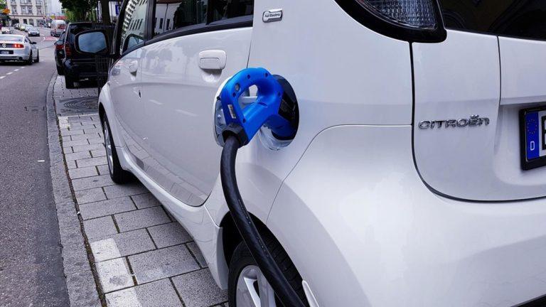 Kable do ładowania samochodów elektrycznych i wpływ doboru przewodu na efektywność ładowania.