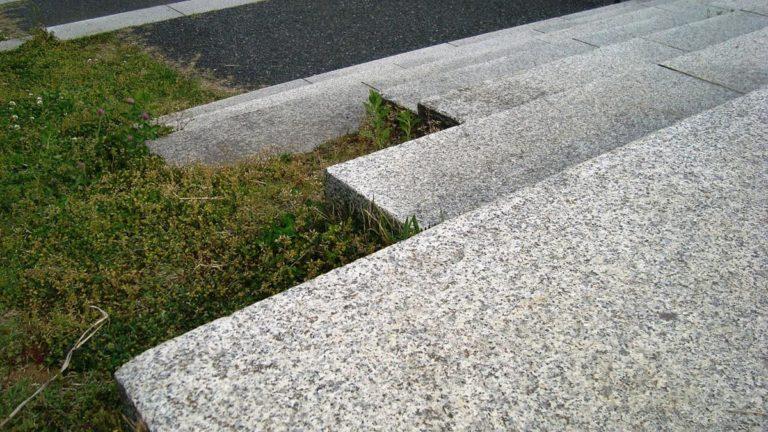 Trwałe i eleganckie schody z granitu